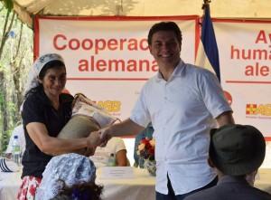 Marcus Wörle, haciendo entrega a jefa de familia de semilla para la siembra.