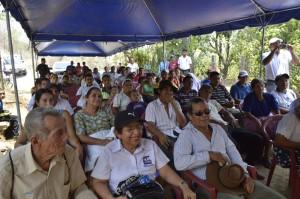 Zulema Lara, integrante de la Junta Directiva de FUNDEMA, junto con los asistentes de la comunidad.